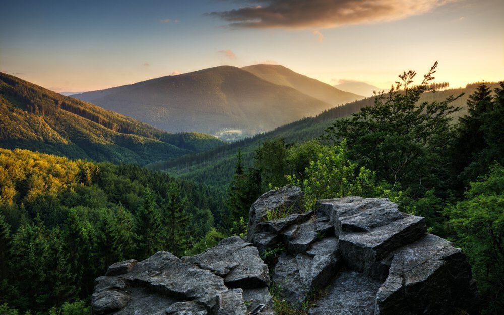 Pohled ze skal na Mazáku na Smrk